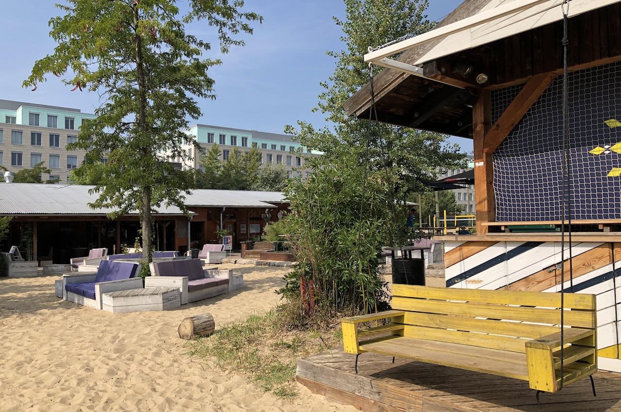 Blick auf die Outdoor-Bar auf Beachmitte