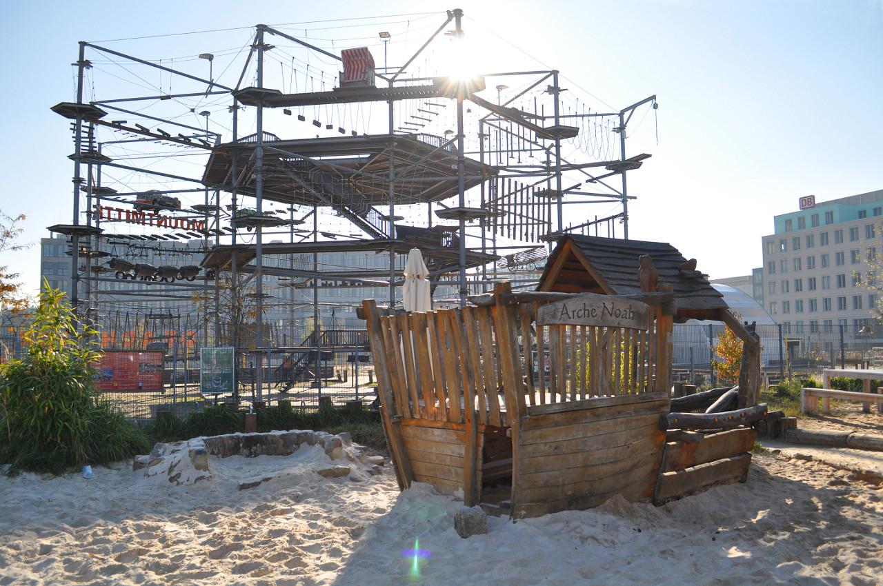 kleiner Kinderspielplatz mit MountMitte im Hintergrund